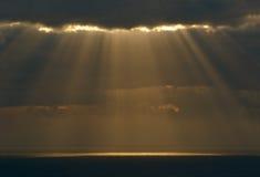 Die Strahlen der Sonne bilden ihre Methode durch das bla Stockbilder