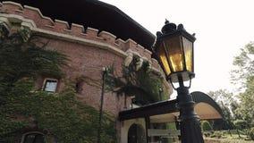 Die Strahlen der Sonne durch das historische Gebäude stock footage