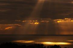 Die Strahlen des Sun belichten die Oberfläche von Stockfotos