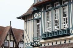 Die Strahlen, die im Blau gemalt werden, verzieren die Fassade eines Hauses, das aufgestellt wird in Deauville (Frankreich) Stockfotografie