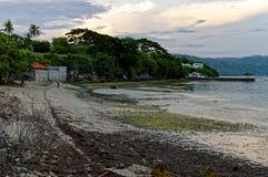 Die Strand-Blicke unterschiedlich, wenn Wasser gegangen wird Lizenzfreie Stockfotos