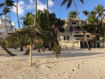 Die Strandfront von jetzt Larimar-Erholungsort in Dominikanischer Republik Punta Cana Ein lokaler Speicher kann gesehen werden lizenzfreies stockbild