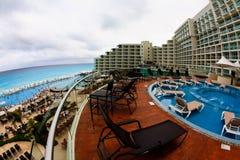 Die Strandfrontseite an einem LuxuxStrandurlaubsort in Cancun Stockfotos