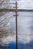 Die Strompfosten im Wasser Flut - der Fluss Mologa Stockbild