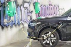 Die Stromversorgung für die Aufladung eines Elektroautos Elektrisches Auto-Aufladung stockfoto
