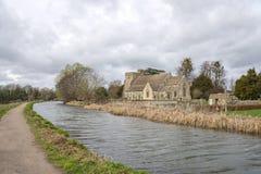 Die Stroudwater-Navigation mit der Kirche von St. Cyr, Stonehouse nahe Stroud stockfotos