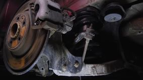 Die Struktur des Autos, Autoteile unter der Haube, Autoansicht von unterhalb, Reparatur, Garage, Autozerlegung in Teile stock video