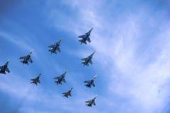 Die Struktur von russischen Militärflugzeugen im Himmel Stockbild