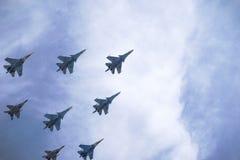 Die Struktur von russischen Militärflugzeugen im Himmel Lizenzfreie Stockfotos