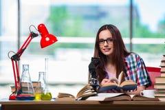 Die Studentin, die für Chemieprüfungen sich vorbereitet stockbilder