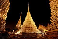 Die 4 stupas von Wat Pho nachts Stockbild