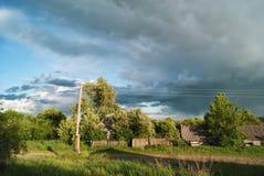 Die Sturmwolken, die der Dorfangerstraße sich nähern Stockfotos
