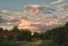 Die Sturmwolken, die der Dorfangerstraße sich nähern Stockfoto