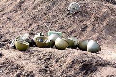 Die Sturzhelme des Soldaten liegen aus den Grund lizenzfreie stockbilder