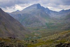Die subpolaren Urals Bergspitze in den Wolken und in River Valley Lizenzfreies Stockbild
