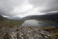 Die subpolaren Urals Der See zwischen Bergen unter Wolken Stockfoto
