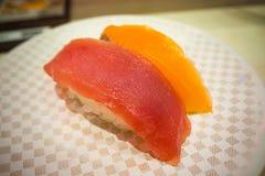 Die Sushi 100 Yen auf weißer Platte im japanischen Restaurant in Tokyo Lizenzfreies Stockbild