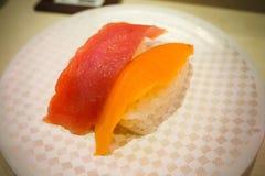 Die Sushi 100 Yen auf weißer Platte im japanischen Restaurant in Tokyo Lizenzfreie Stockbilder