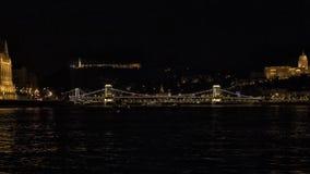 Die Szechenyi-Hängebrücke nachts, den Fluss Donau zwischen Buda und Plage überspannend lizenzfreie stockfotos
