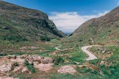 Die szenische Straße von Gap von Dunloe, ein schmaler Gebirgspass in der Grafschaft Kerry, Irland Stockbilder
