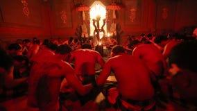 Die Tänzer, die traditionelles Balinese Kecak-Trance-Feuer durchführen, tanzen stock video footage
