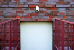 Die Tür auf Backsteinmauer Stockbilder