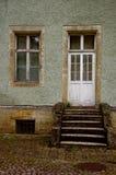 Die Tür auf dem alten Portal Stockfoto