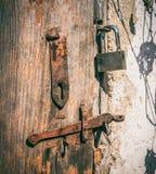 Die Tür der alten Scheune und des Vorhängeschlosses Lizenzfreies Stockfoto