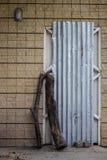 Die Tür des Hauses, das mit Gegenständen in ihr geschlossen worden ist stockbilder