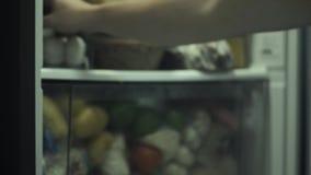 Die Tür des Kühlschranks öffnen und zwei Eier und das Schließen der Tür inner erhalten stock video footage