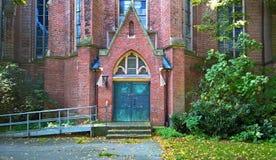 Die Tür einer katholischen Kirche Stockfoto