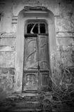 Die Tür eines verlassenen Hauses stockfoto