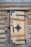 Die Tür im Blockhaus Lizenzfreie Stockbilder