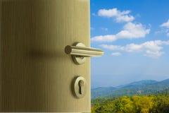 Die Tür offen zum Bergblick im blauen Himmel Stockfotos