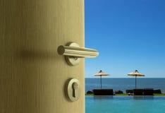 Die Tür offen zur Seeansicht in blauen Himmel Stockbild
