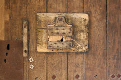 Die Tür von einer der Zellen in Fontevraud-Abtei, Frankreich, wird vom Holz gemacht Stockfoto