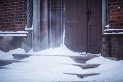 Die Tür zur des St Anne Kirche im Schneesturm Lizenzfreies Stockbild