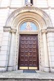 Die Tür zur Kirche von Sankt Nikolaus in der Stadt von Leskovac, Serbien stockbild