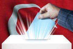 Die Türkei - abstimmend über Wahlurne mit Staatsflagge-Hintergrund Lizenzfreies Stockfoto