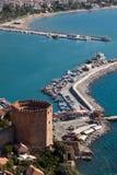 Die Türkei, Alanya - roter Kontrollturm und Hafen Stockfotos