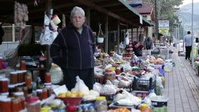 Die Türkei, Antalya, im März 2016 Leute im Basar, der Lebensmittelfruchtgemüse verkauft, staut stock video