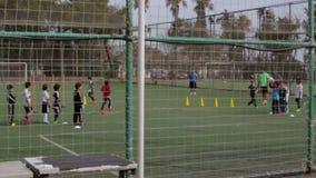 Die Türkei, Antalya, im März 2016: Leute, Männer und Jungen spielen mit einem Ball stock video footage