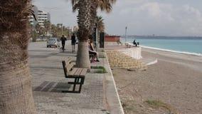 Die Türkei, Antalya, im März 2016, Panoramablick des lebhaften Kais, Männer und Frauen gehen stock video