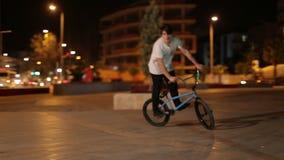 Die Türkei, Antalya - März 2016: Ein Junge führt Bremsungen auf Sportfahrrad durch stock video footage
