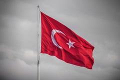 Die Türkei-Flagge im Wind auf einem BW-Hintergrund Lizenzfreie Stockbilder