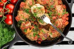 Die Türkei-Fleischball auf der Gabel Koteletts mit Tomatensauce Bratpfanne mit Fleischklöschen Lizenzfreie Stockfotografie