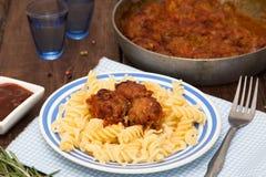 Die Türkei-Fleischklöschen in der Soße mit Teigwaren Lizenzfreies Stockfoto