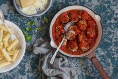Die Türkei-Fleischklöschen in der Tomatensauce und in rigatoni Teigwaren Köstliches Mittagessen Lizenzfreie Stockfotos