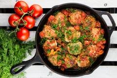 Die Türkei-Fleischklöschen Koteletts in der Wanne Selbst gemachte Tomatensauce Rustikale Art Lizenzfreie Stockbilder