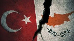 Die Türkei gegen südliche Zypern-Flaggen auf gebrochener Wand Lizenzfreie Stockbilder